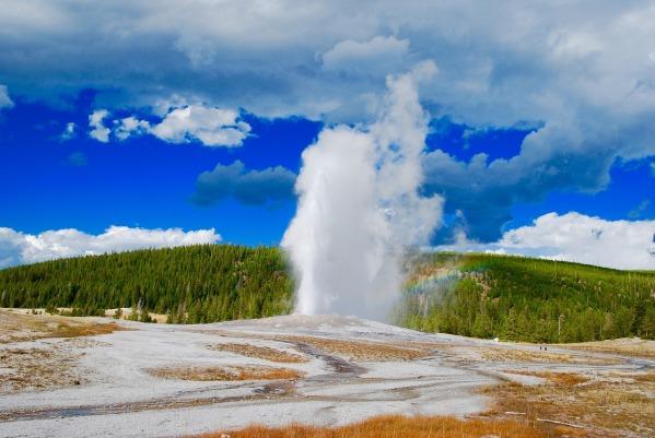 geyser-yellowstone-national-park